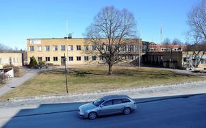 Rivning föreslås. Enbart källarvåningen i huvudbyggnaden skulle bli kvar enligt ett förslag som ska tas upp i kommunstyrelsen på tisdag.