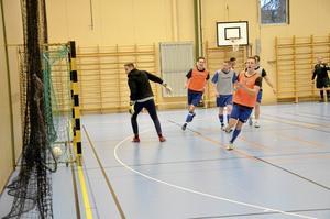 """Mål. Stämningen var på topp under Frövi IK:s skinkturnering. """" Det är schysst spel trots att alla självklart verkligen vill vinna"""", säger Lasse Frejd från Frövi IK.Foto: Sofia Gustafsson"""