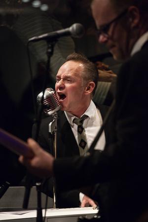 Torgny Kingen Karlsson, rock'n'roll- och jazzmusiker från Sveg, på scen.