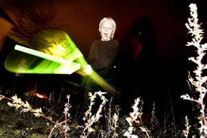Jesper, 9, har hittat ut på bakgården. Där kan han träna fritt med sitt lasersvärd.