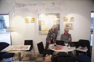 Kerstin Lundin och Per Lundin förbereder utställningslistor.