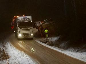 Bilen kanade baklänges i backen, och färden slutade med att lastbilen la sig på sidan i diket.