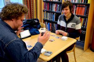 Eli Pettersson, spelkulturell handläggare på Studiefrämjandet, till vänster i bild ligger bakom initiativet. Med på bilden är även Anders Ryefalk