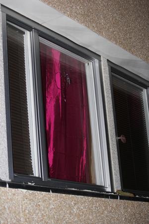 I den här fönsterrutan finns ett mystiskt hål, möjligen efter en kula.