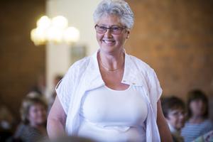 Inga-Lisa Larsson bjöd på ett strålande leende när hon visade upp kläderna på catwalken.