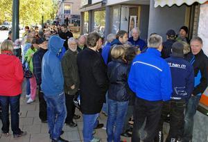 Så här såg det ut utanför Expertbutiken på Storgatan i Rättvik vid 12-tiden.