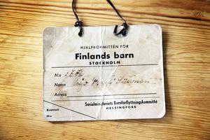 Lappen med nummer och namn som Pentti hade i ett snöre runt halsen när han skickades med tåget från Helsingfors till Sverige.