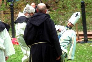 Av Linda Green, Moa Kjellström och Victoria Myhre kunde man köpa supportflaggor inför riddarspelen.Bestraffningen var inte kul; Kent grinar illa när han får smäll på fotsulorna av biskopens smälla.