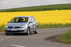 Stadiga och relativt gladlynta vägegenskaper. Men på grov asfalt bullrar det alltför mycket i Volkswagen Golf.