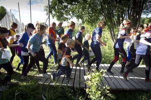 Det var nästan som starten i Stockholm marathon när orienterarna gav sig iväg på första sträckan.