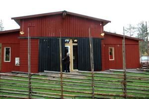 NYUTBYGGT. Paret Carlsson har precis öppnat att ha byggt ut Smeds- ladan för 1 miljon. Nu har de plats för 50 gäster till. För första gången kommer de att ha julbord.