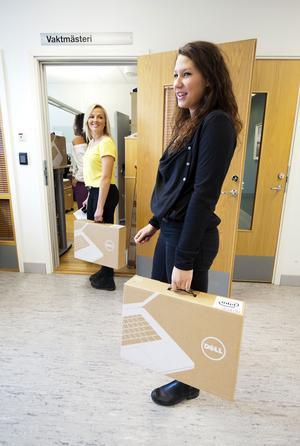 Det kändes lite som julafton när Isabel Holmgren och Freda Hedlöf äntligen kunde hämta sina bärbara datorer hos rektorn.