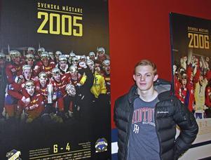 2005 stod Oscar Wikblad på läktaren och såg Edsbyn ta andra raka SM–guldet. I dag spelar han med sina idoler.