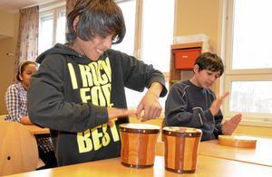 För att göra undervisningen rolig och hålla barnens intresse vid liv växlas lärandet med musik och lek. Elvir Jasari och Adis Huskic spelar trummor.
