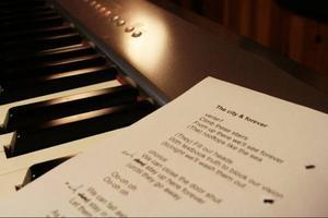 Vid pianot tar melodin form, låten spelas in och en slaskversion skickas till intressenter. Trots att Anders Nilsson i mångt och mycket jobbar själv är låtarna ofta resultat av samarbeten. Texten här har en kollega i Göteborg skrivit.