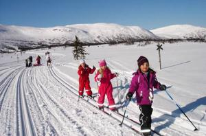 Wilma Eriksson, Simone Aronsson, Naya Widén har det skönt i solskenet.