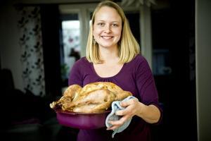 Traditionell mat. Kalkonen väger över fem kilo och ska stå i ugnen i fyra timmar.Foto: Lennart Lundkvist