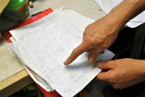 Robert Hag visar ritningen på den åttkantiga trappan.