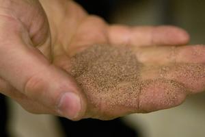 Sand blandat med vatten är det enda som behövs för att kunna skära.