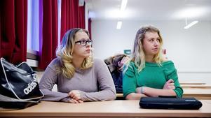 Ida Andersson och Elin Folkeson går sista året på vård- och omsorgsprogrammet på Rudbecksskolan. När de i vår examineras som undersköterskor möter de en arbetsmarknad som skriker efter deras tjänster.