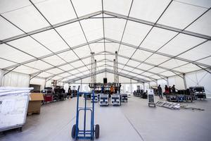 I nästan två veckor har det 40 meter långa huvudtältet byggts.