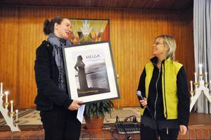 Therese Jonsson från Mosippans teaterförening fick ta emot Helgas jämställdhetspris av Inga Björk.