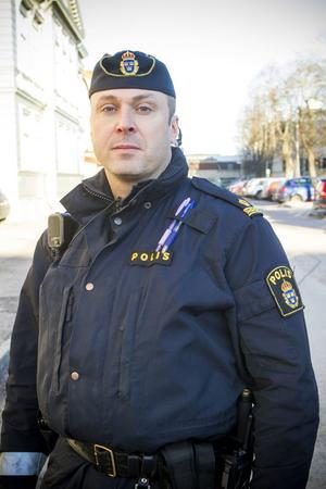 Ordningspolisen Georgios Toris anser att expanderbatongen ASP är farlig och vill inte bära den.