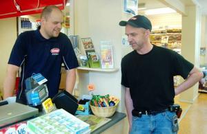 Butikschefen Micke Sundberg blev arbetslös när Statoil lade ner. Nu arbetar han istället hos Janne Karlsson som öppnade en ny butik för att inte det skulle försvinna service i Hammarstrand.