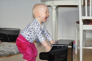 Vår musikälskande dotter Sofia fick ett piano i ettårspresent och blev så här lycklig när hon fick premiärspela.