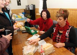 Maj-Britt Östlin, Krokvåg, och Elisabeth Amrén, Färsån, står bakom den populära och välarrangerade julmarknaden i Ammer som ordnades för 32:a året i rad.