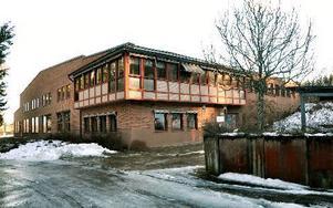 Det är en välhållen och relativt ny byggnad på 3 500 kvadratmeter som nu behöver ny ägare.