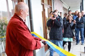 Inför ett antal intresserade åskådare klippte kommunalrådet Kurt Podgorski bandet och invigde kommunens nya servicekontor i Sälen.