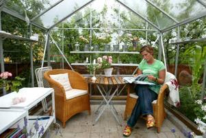 Mitt i trädgårdsprakten har Maritha Thorén Svensson inrett sitt eget växthus. Där brukar hon sitta och läsa sina trädgårdsböcker.