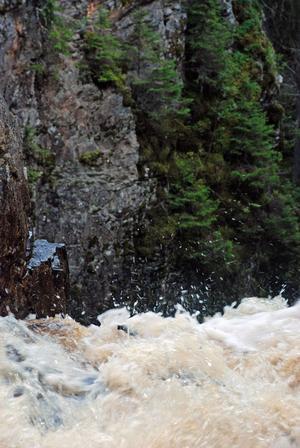 vattnet forsar ständigt utför och genom det dramatiska landskapet.