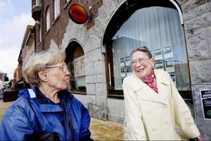 Karin Eriksson, 74 år och Karin Jonasson, 80 år bor båda i Östersund. Ja, de är grannar också för den delen. – Jag har ingen dator och tänker inte skaffa någon heller. Tacka vet jag att få räkningar i ett kuvert! Det är skönt när man är gammal att inte behöva ha alla nymodigheter, säger Karin Jonasson.– Giro är bra, man behöver bara gå till brevlådan och posta. LT betalar jag med autogiro, säger Karin Eriksson.– Ungen min säger