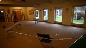 Polisen har spärrat av ett rum i moskén efter att någon slängt in en flaska med misstänkt farligt innehåll.