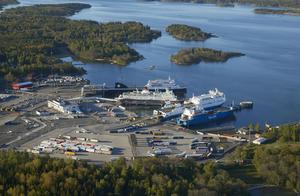 Byggjätten NCC ska bygga ut reningsverket i Kapellskärs hamn. När jobbet är klart blir det lättare att ta hand om fartygsslam. Dessutom kan flera fritidshus få kommunalt VA. Fotograf: Per-Erik Adamsson