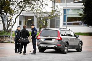 Poliser på plats vid Carlforsska.