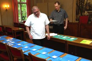 Lottning. Kommunalrådet Abbe Ronsten, s, drar de första sommarjopbben med hjälp av Johan Dahlin, Säters kommun.