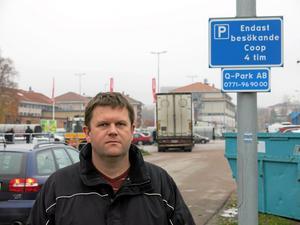 När kom skylten upp? Christer Alexandersson vid infarten från Björnövägen till Coop Extras parkering där han fick p-böter.