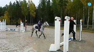 Andreas Flodén springer före hästen Spider och dottern Nelly på banan.