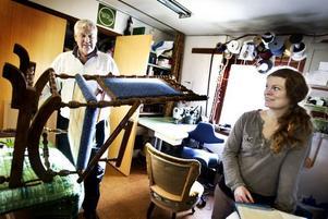 GUNGAR. En amerikansk gungstol har klätts om i Winder tapetseringsverkstad. Elof Winder och Sofia Lindstrand granskar arbetet.