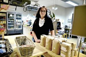 Kunderna sviker. Då kunderna sviker har Pia-Kerstin Wetterström med Östansjö Nya Handelsbod har nått smärtgränsen för hur länge hon kan hålla butiken öppen. Därför har 10-talet intresseföreningar kallat till ett krismöte om handelsboden och framtiden för ortens service. Foto: Göran Kempe