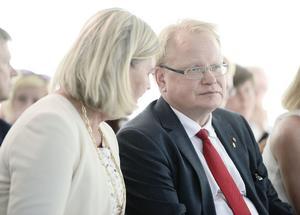 MSBs generaldirektör Helena Lindberg och försvarsminister Peter Hultqvist (S) under ett seminarium  i Almedalen. MSB har ansvaret för psykologiskt försvar i Sverige.