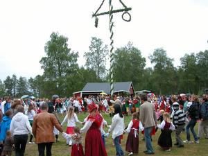 Fest. Omkring 500 personer slöt upp till midsommarfirandet på festplatsen Storänget i Nås. Det faktum att vädergudarna inte var på sitt bästa humör hindrade inte besökarna från ett minnesvärt midsommarfirande.