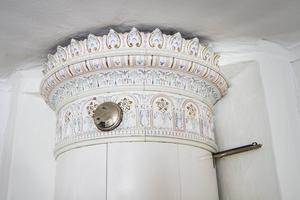 Kakelugnar finns i var och vartannat rum, i en av flyglarna på gården finns denna dekorativa ugn.