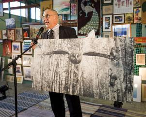 Gästrike Återvinnares VD Thomas Nylund auktonerade ut en raritet som Lasse Halvarsson, fotograf på GD, upptäckt bland alla tavlor. Bilden är tagen av den kände naturfotografen Hilding Mickelsson från Hälsingland.