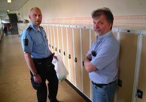 Hammarstrands- polisen Mikael Modin och läraren Birger Ajax är bedrövade över inbrottet i elevskåpet som avhändade en behövande elev hans dator innehållande bland annat ett hjälpmedelsprogram.Foto: Ingvar Ericsson
