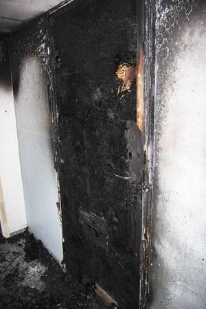 Det var i ytterdörr till en lägenhet som det började brinna i hyreshuset på Framnäs.