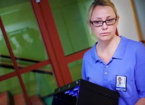 Hygiensjuksköterskan Barbro Forsberg menar att sjukvårdspersonalen måste kunna garantera rena händer.